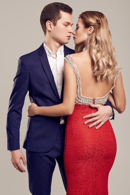 Sinnliche schöne junge paare kleideten in der formalen kleidung an Premium Fotos