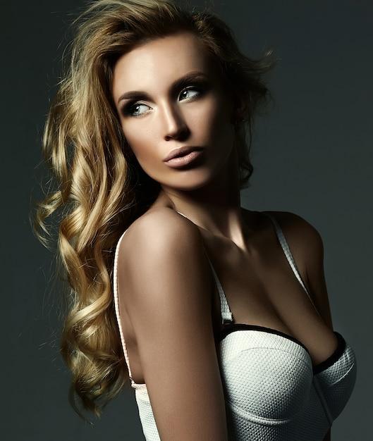Sinnliches glamourporträt der schönen blonden frau model lady mit frischem make-up und gesundem lockigem haar Kostenlose Fotos