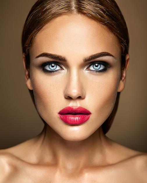 Sinnliches zauberportrait der vorbildlichen dame der schönen frau mit neuem täglichem make-up mit roter lippenfarbe und sauberem gesundem hautgesicht Kostenlose Fotos