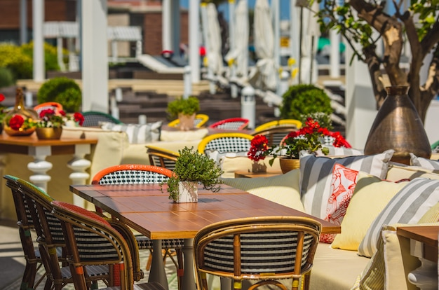 Sitz- und essbereich in einem terrassenrestaurant mit mobiliar. Kostenlose Fotos