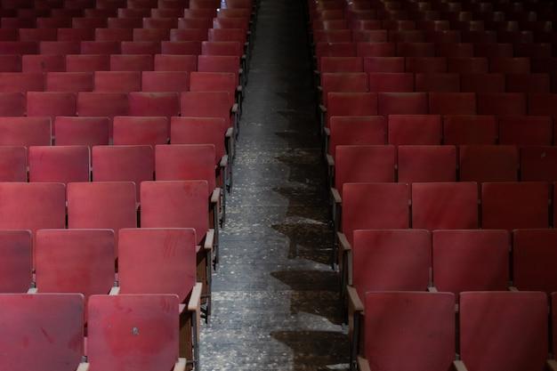 Sitze eines alten, verlassenen theaters Premium Fotos