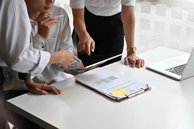 Sitzung des jungen teamstartgeschäfts mit digitaler tablette auf tabelle. Premium Fotos
