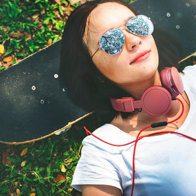 Skateboard-entspannungs-rest, der kühles kopfhörer-konzept liegt Premium Fotos