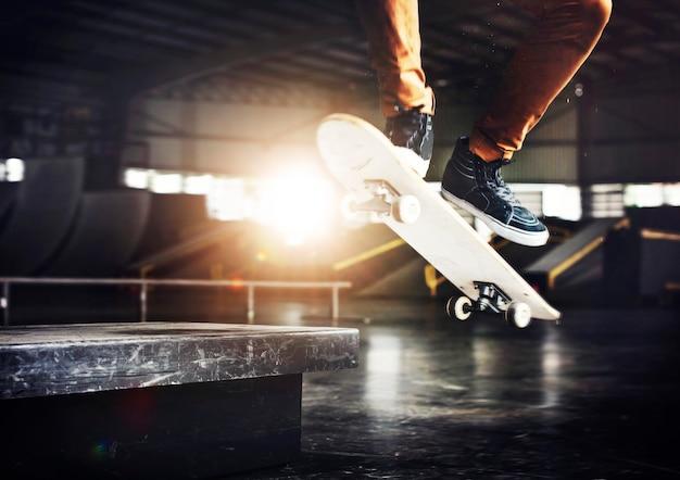 Skateboarding-praxis-freistil-extremsport-konzept Premium Fotos