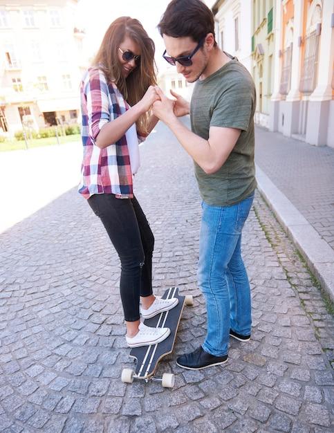 Skaterpaar genießt in der stadt Kostenlose Fotos