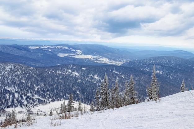 Skipiste in bergen. skiort sheregesh, sibirien, russland. Premium Fotos