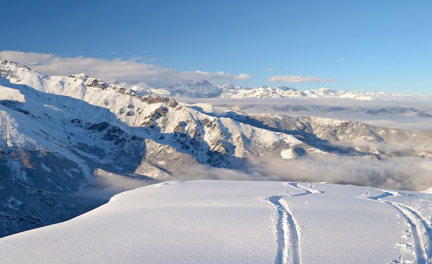 Skiweg im pulverschnee, winterlandschaft in den alpen Premium Fotos