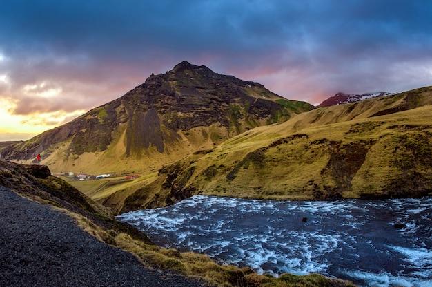 Skogafoss wasserfall und landschaft in island. Kostenlose Fotos