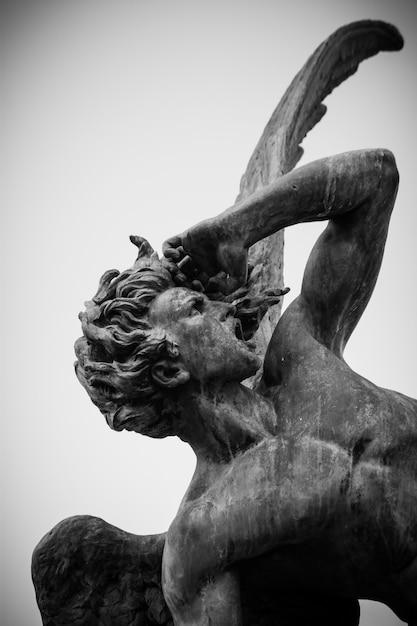 Skulptur des gefallenen engels im el retiro park Premium Fotos