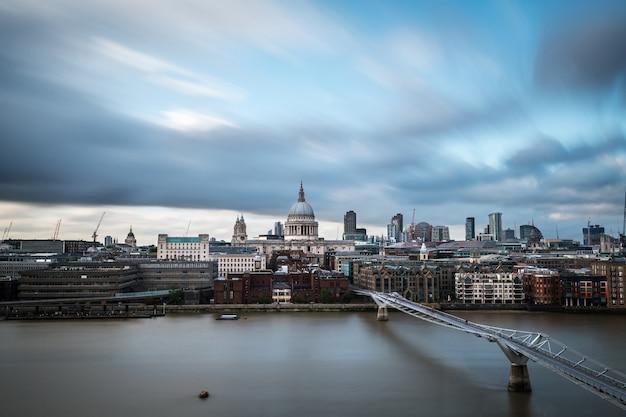 Skyline der city of london an der themse Premium Fotos