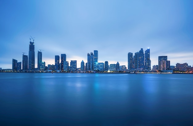 Skyline der stadt in der bucht Premium Fotos