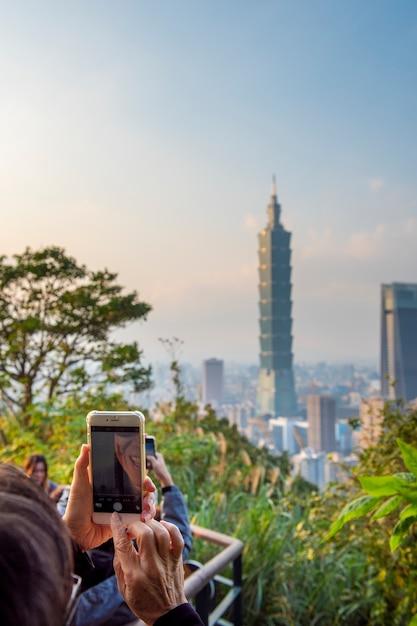 Skyline der stadt taipeh mit 101 turm bei sonnenuntergang Premium Fotos
