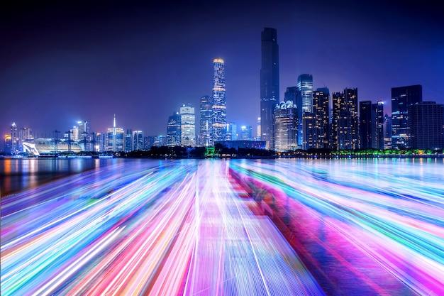 Skyline der stadt und lichtlinie auf dem fluss Kostenlose Fotos