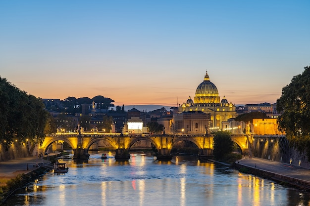 Skyline der vatikanstadt mit blick auf den tiber in rom, italien. Premium Fotos