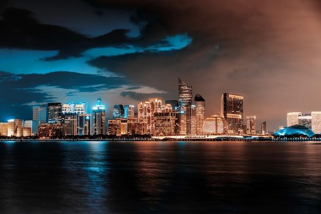 Skyline einer modernen stadt vom meer entfernt Premium Fotos