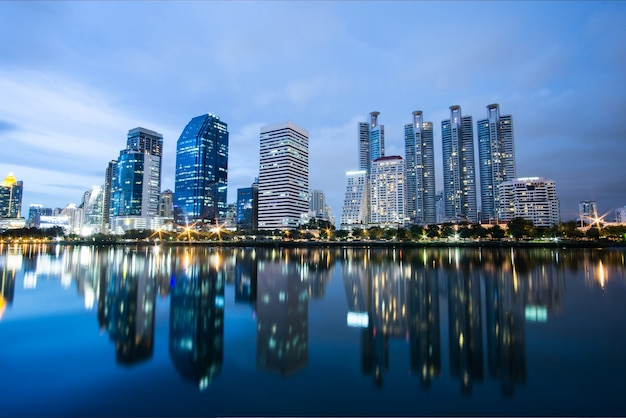 Skyline in der nacht. blick auf gebäude see und innenstadt. Kostenlose Fotos