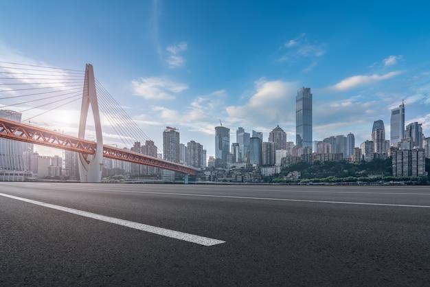 Skyline von stadtstraßen und städtischen gebäuden Premium Fotos