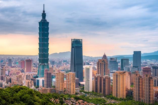 Skyline von taipeh-stadtbild gebäude taipehs 101 der taipeh-finanzstadt, taiwan Premium Fotos