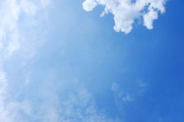 Skyscape mit wolken und hintergrund des blauen himmels Premium Fotos