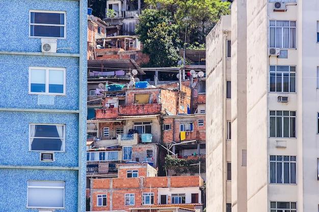 Slum in copacabana babylon Premium Fotos