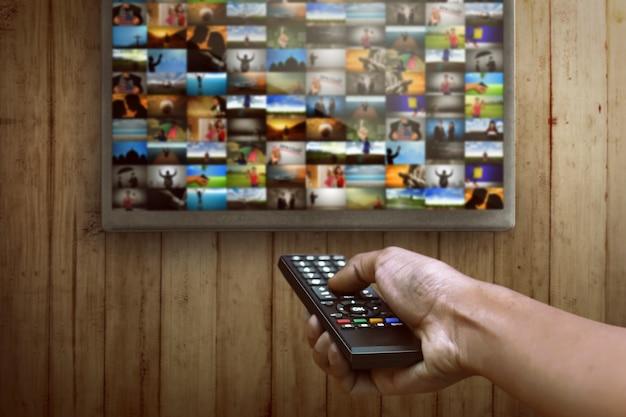 Smart tv und fernbedienung per handbedienung Premium Fotos
