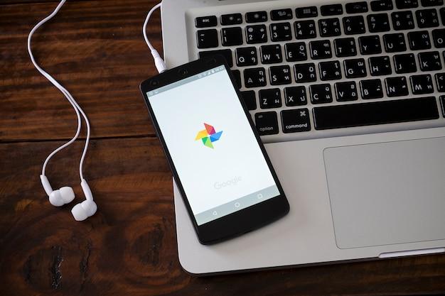 Smartphone auf laptop-tastatur Premium Fotos