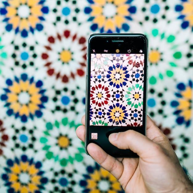 Smartphone, das foto des orientalischen musters macht Kostenlose Fotos