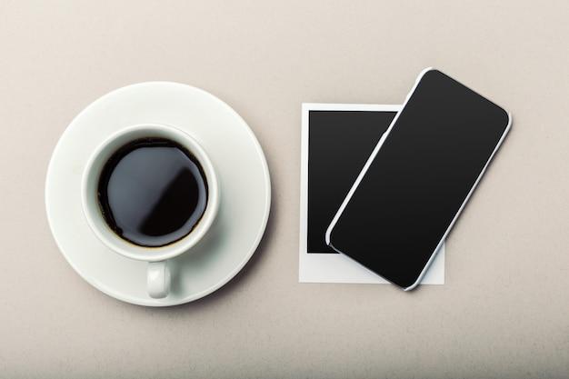 Smartphone dazu kaffee auf holztisch. Premium Fotos