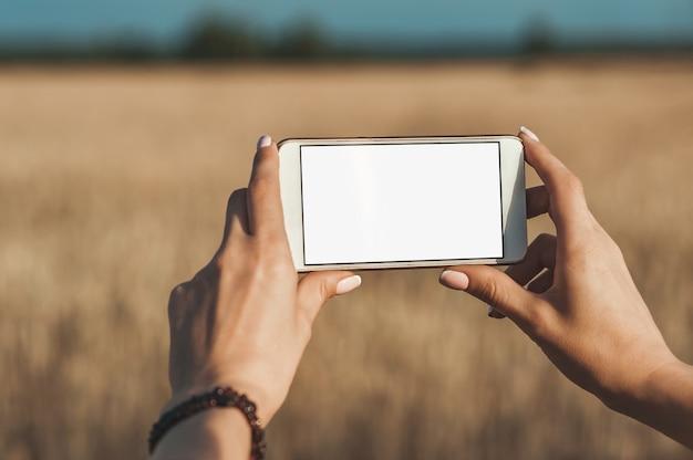 Smartphone in den händen des mädchens Premium Fotos