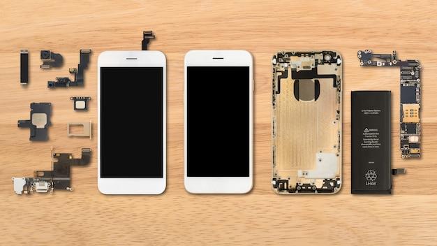 Smartphone-komponenten auf hölzernem hintergrund Premium Fotos
