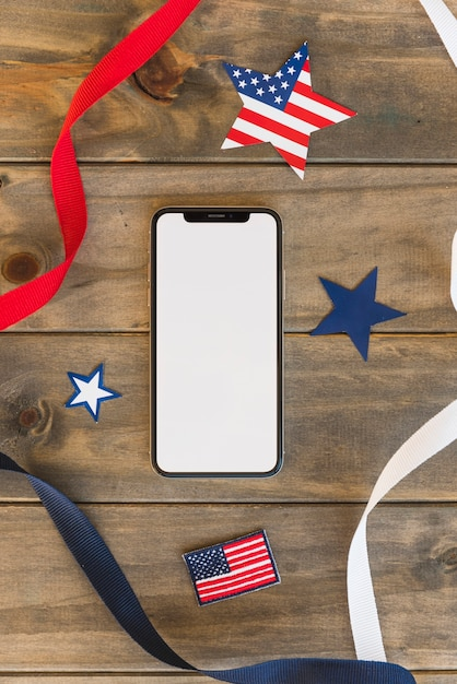 Smartphone mit dekorationen für unabhängigkeitstag Kostenlose Fotos