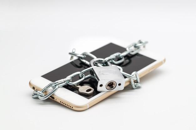 Smartphone mit kettenschloss und geld isoliert Premium Fotos
