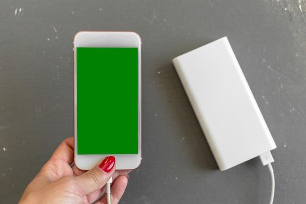 Smartphone mit powerbank aufladen Premium Fotos