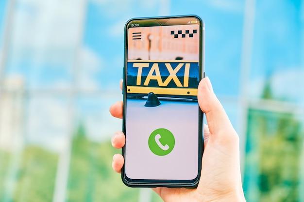 Smartphone mit taxi app zum klingeln und anrufen Premium Fotos