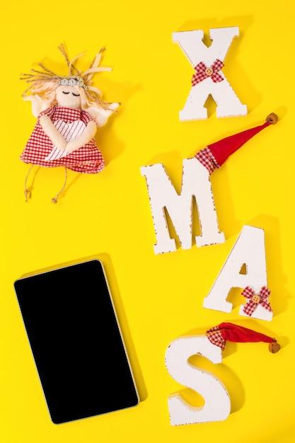Smartphone mit weihnachtsschmuck Premium Fotos