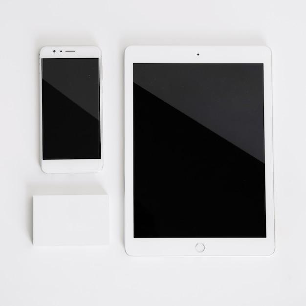 Smartphone, tablet und visitenkartenmodell Kostenlose Fotos