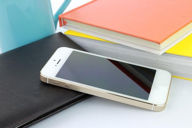 Smartphone und bücher Premium Fotos