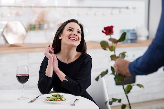 Smiley-frau, die von ihrem ehemann überrascht wird Kostenlose Fotos