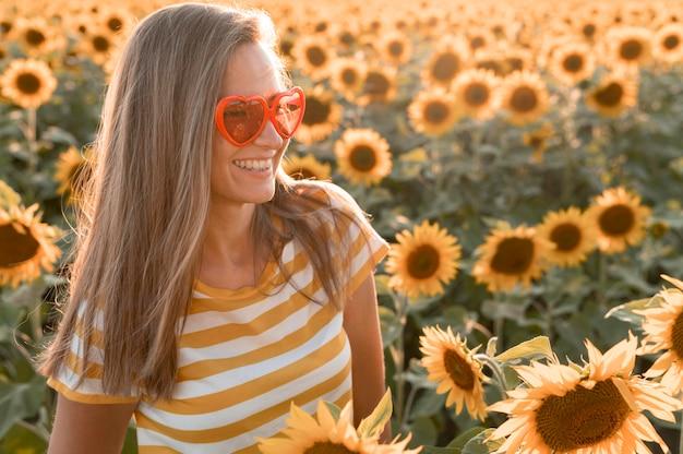 Smiley-frau mit herz formt sonnenbrille Kostenlose Fotos