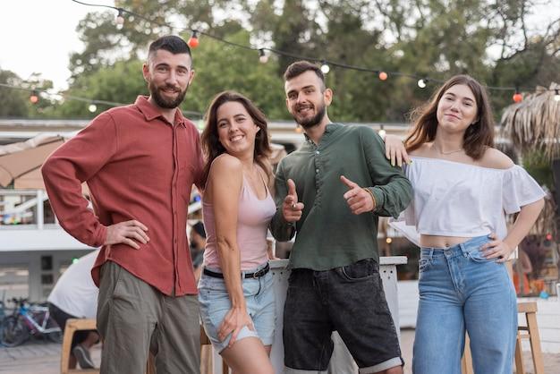 Smiley-freunde der vorderansicht, die zusammen aufwerfen Kostenlose Fotos