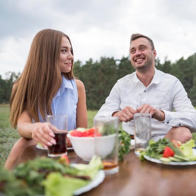 Smiley-freunde essen im freien Kostenlose Fotos