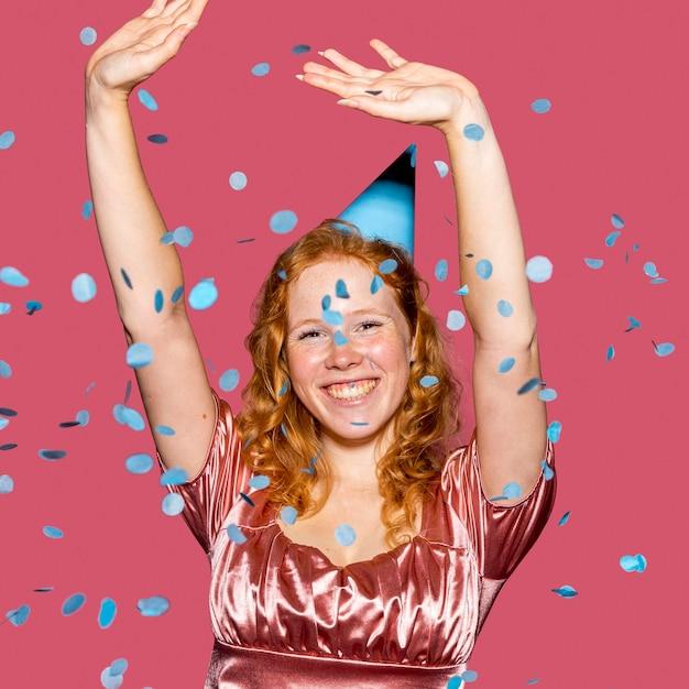Smiley geburtstagskind wirft konfetti Kostenlose Fotos