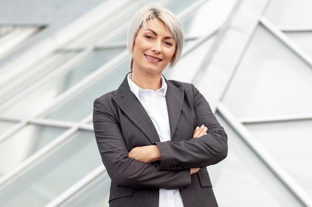 Smiley-geschäftsfrau des niedrigen winkels Kostenlose Fotos