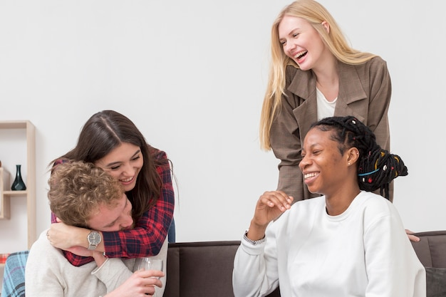 Smiley gruppe von freunden essen Kostenlose Fotos