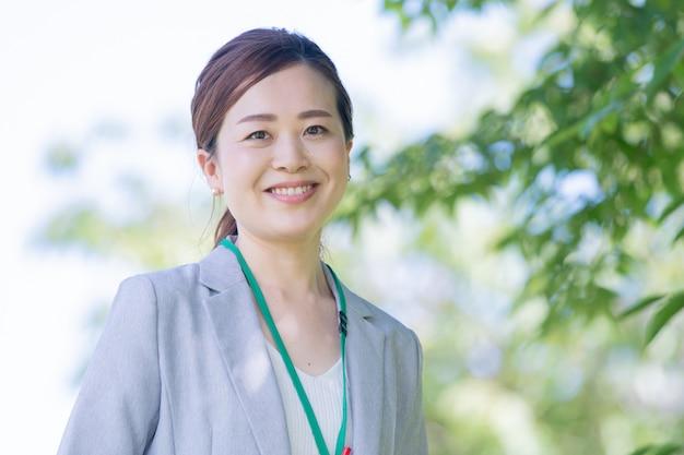 Smiley japanische geschäftsfrau Premium Fotos