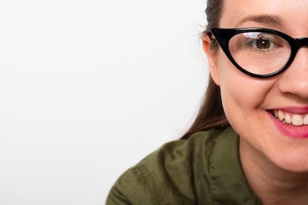 Smiley junge frau mit brille Kostenlose Fotos