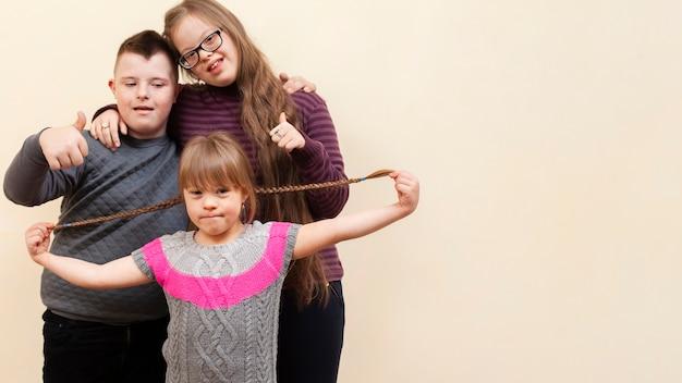 Smiley-kinder mit down-syndrom und kopierraum Premium Fotos