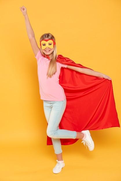 Smiley-mädchen, das superheldenkostüm trägt Kostenlose Fotos