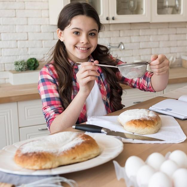 Smiley-mädchen zu hause kochen Kostenlose Fotos