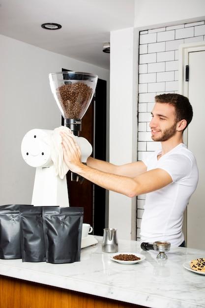 Smiley mann die kaffeemaschine abwischen Kostenlose Fotos